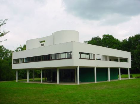 Villa Savoye, a seminal example of modern architecture designed by Le Corbusier. Completed in 1931. Photo by Wikipedia user Valueyou.